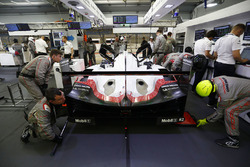 #2 Porsche Team Porsche 919 Hybrid: Timo Bernhard, Earl Bamber, Brendon Hartley in de garage