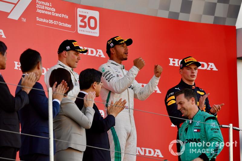 Валттері Боттас, Mercedes AMG F1, Льюіс Хемілтон, Mercedes AMG F1, та Макс Ферстаппен, Red Bull Racing, святкую на подіумі