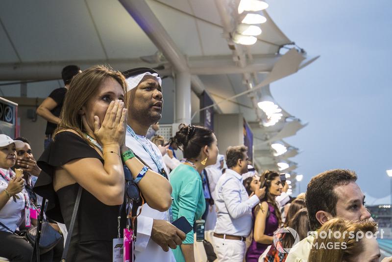 Des fans inquiets après le crash Nico Hulkenberg, Renault Sport F1 Team