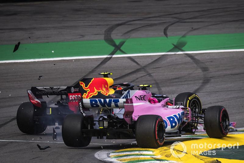 Il leader della corsa Max Verstappen, Red Bull Racing RB14 viene colpito dal doppiato Esteban Ocon, Racing Point Force India VJM11