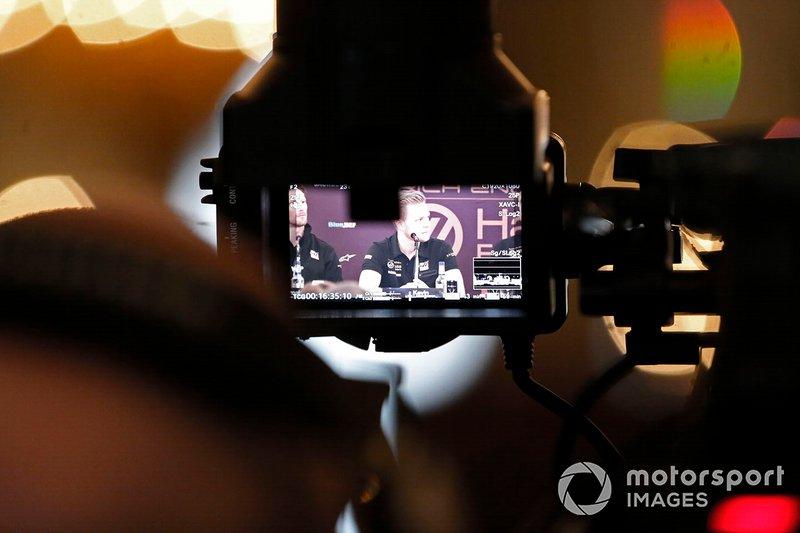 Kevin Magnussen, Haas F1 Team en la rueda de prensa a través de una cámara.