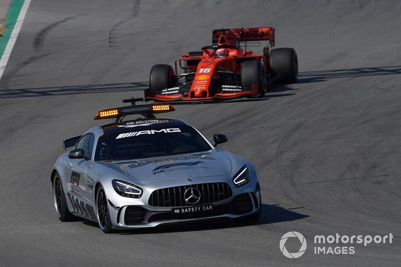 La safety Car davanti a Charles Leclerc, Ferrari SF90