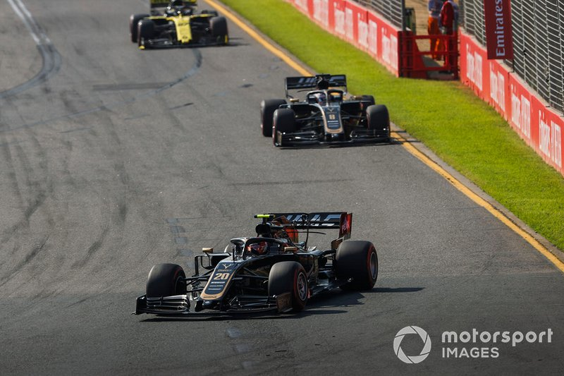 Kevin Magnussen, Haas F1 Team VF-19, precede Romain Grosjean, Haas F1 Team VF-19, e Nico Hulkenberg, Renault F1 Team R.S. 19