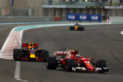 Kimi Raikkonen, Ferrari SF70H leads Max Verstappen, Red Bull Racing RB13 and Nico Hulkenberg, Renaul