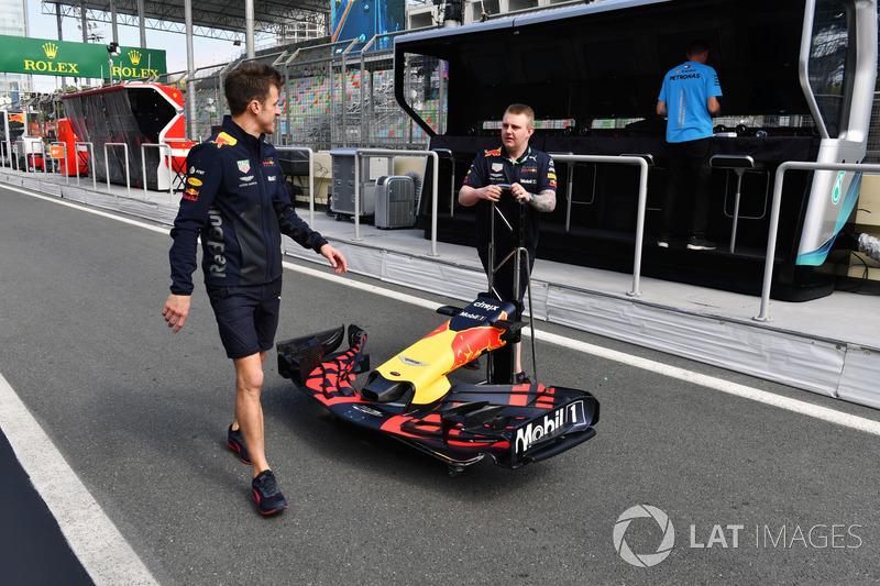 Mekanik Red Bull Racing membawa sayap depan Red Bull Racing RB14