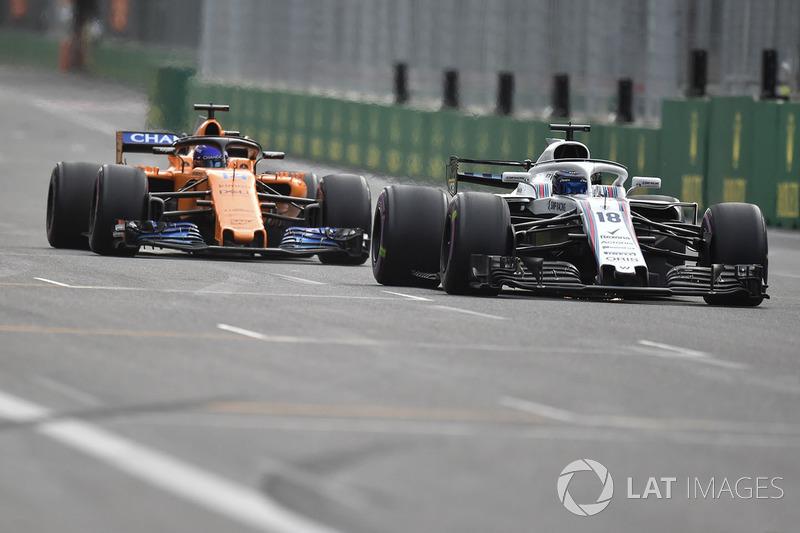 Сергей Сироткин, Williams FW41, и Фернандо Алонсо, McLaren MCL33