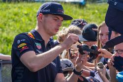 Max Verstappen deelt handtekeningen uit tijdens de Jumbo Racedagen