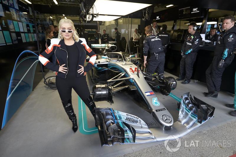 Кристина Агилера в боксах Mercedes