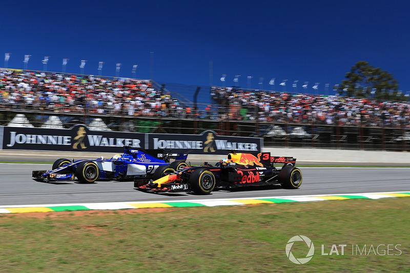 Marcus Ericsson, Sauber C36 y Daniel Ricciardo, Red Bull Racing RB13 battle