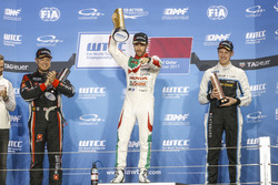 Podium: Race winner Esteban Guerrieri, Honda Racing Team JAS, Honda Civic WTCC, second place Rob Huff, All-Inkl Motorsport, Citroën C-Elysée WTCC, third place Nicky Catsburg, Polestar Cyan Racing, Volvo S60 Polestar TC1