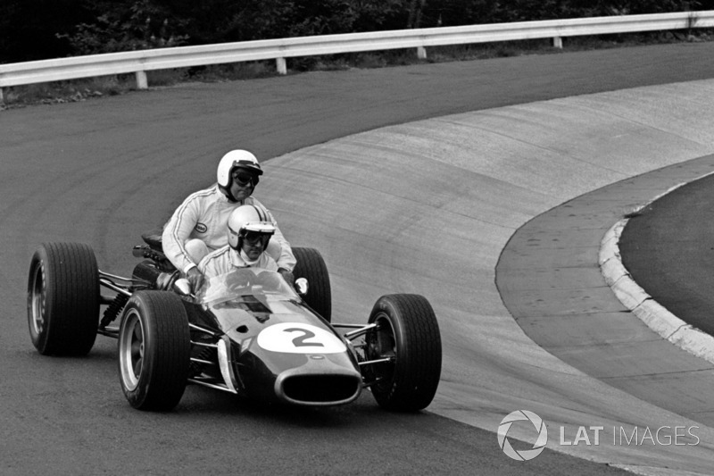 Nürburgring 1967 : Denny Hulme (Brabham) ramène Jack Brabham (Brabham)