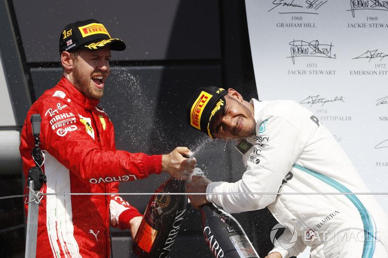 Sebastian Vettel, Ferrari, et Lewis Hamilton, Mercedes AMG F1, sur le podium avec le champagne