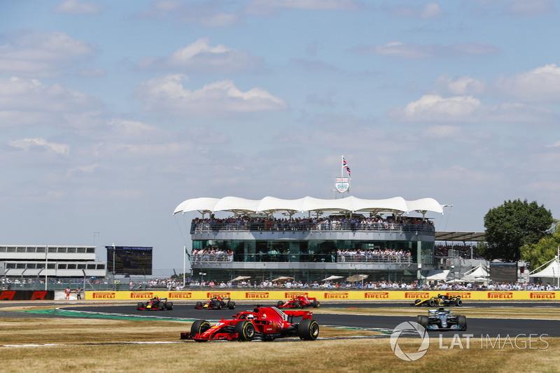 Sebastian Vettel, Ferrari SF71H, lidera a Valtteri Bottas, Mercedes AMG F1 W09