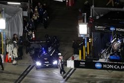 #10 Wayne Taylor Racing Cadillac DPi: Jordan Taylor, Renger Van Der Zande, Ryan Hunter-Reay richting pitbox