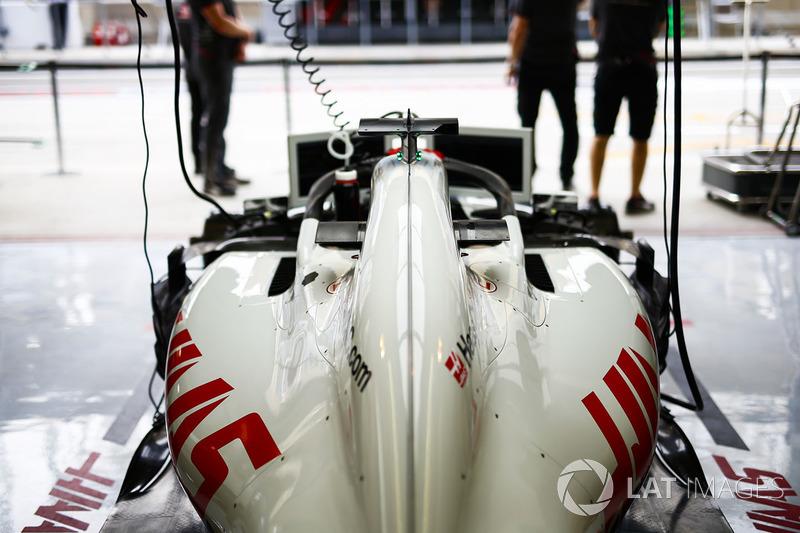 El coche de Romain Grosjean, Haas F1 Team VF-18 Ferrari, en el garaje