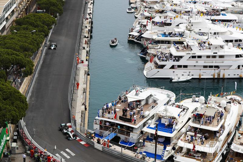 Nico Rosberg precede il padre Keke Rosberg mentre fanno un giro del circuito al volante delle loro monoposto iridate