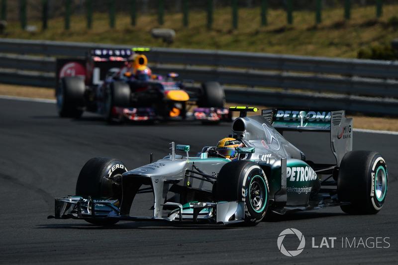 В составе Mercedes Хэмилтон выиграл 50-ю гонку. На фотографии его первая победа в составе немецкой команды на Гран При Венгрии-2013. Больше побед за одну команду только у Шумахера – 72 с Ferrari