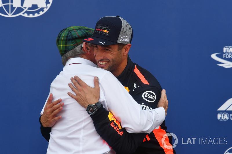 Il poleman Daniel Ricciardo, Red Bull Racing festeggia con Jackie Stewart, nel parco chiuso