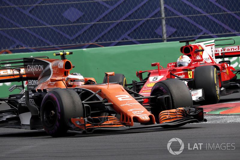 Sebastian Vettel, Ferrari SF70H et Stoffel Vandoorne, McLaren MCL32