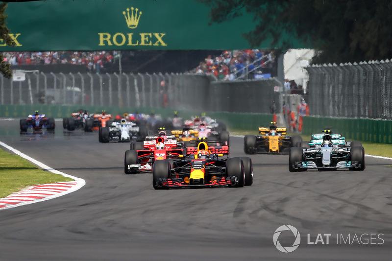 Мак Ферстаппен, Red Bull Racing RB13, лідирує