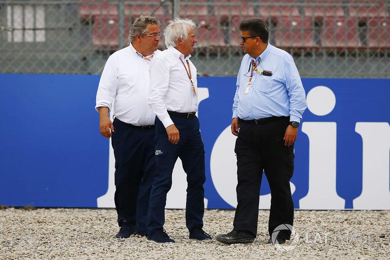 Charlie Whiting, directeur de course de la FIA, inspecte les barrières endommagées après l'accident de Brendon Hartley, Toro Rosso STR13