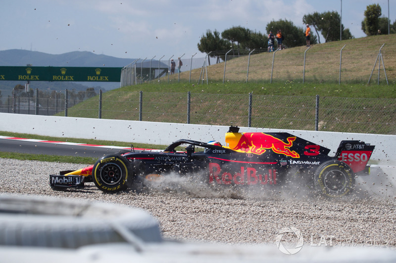Daniel Ricciardo, Red Bull Racing RB14 crashes in FP1