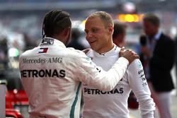 Lewis Hamilton, Mercedes AMG F1, con Valtteri Bottas, Mercedes AMG F1