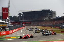 Sebastian Vettel, Ferrari SF71H, delante de Valtteri Bottas, Mercedes AMG F1 W09, Kimi Raikkonen, Ferrari SF71H, Max Verstappen, Red Bull Racing RB14, Nico Hulkenberg, Renault Sport F1 Team R.S. 18, en la salida