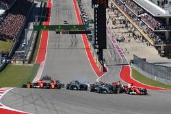Sebastian Vettel, Ferrari SF70H e Lewis Hamilton, Mercedes-Benz F1 W08 alla partenza della gara