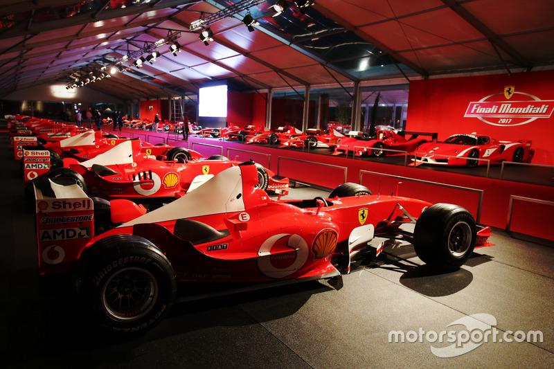 Vetture Ferrari F1 di notte