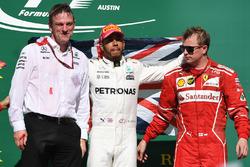 James Allison, directeur technique Mercedes AMG F1, le vainqueur Lewis Hamilton, Mercedes AMG F1 et les troisième Kimi Raikkonen, Ferrari, sur le podium