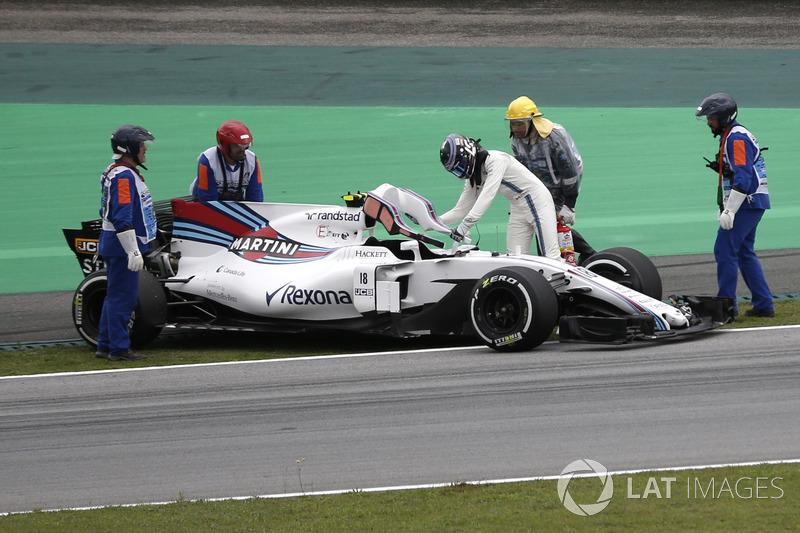 Oficiales recuperan el coche de Lance Stroll, FW40 Williams después de parar en la pista en la PL3