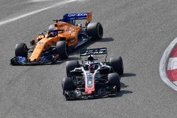 Romain Grosjean, Haas F1 Team VF-18 ve Fernando Alonso, McLaren MCL33