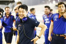Команда Scuderia Toro Rosso празднует 4 место Пьера Гасли