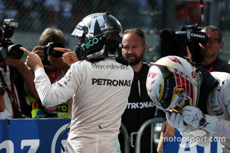 Il vincitore della gara Nico Rosberg, Mercedes AMG F1 festeggia nel parco chiuso mentre il terzo classificato e suo compagno di squadra Lewis Hamilton, esce dalla sua Mercedes AMG F1 W07 Hybrid