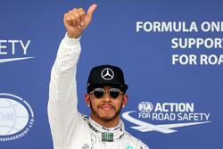 Ganador de la pole Lewis Hamilton, Mercedes AMG F1 Team