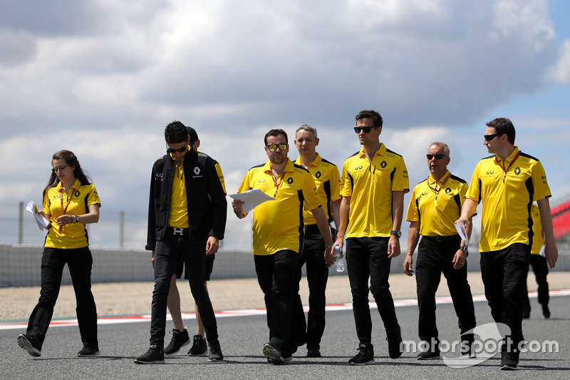 Esteban Ocon, Renault Sport F1 Team; Julien Simon-Chautemps, Renault Sport F1 Team; Jolyon Palmer, Renault Sport F1 Team
