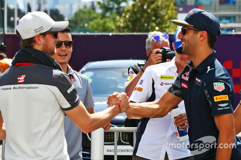 Romain Grosjean, Haas F1 Team y Daniel Ricciardo, Red Bull Racing en el desfile de pilotos