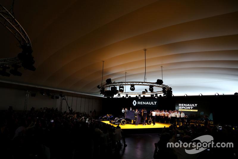 (L to R): Jolyon Palmer, Renault F1 Team with Kevin Magnussen, Renault F1 Team