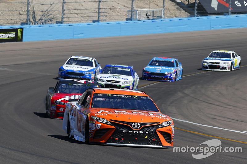 Daniel Suárez, Joe Gibbs Racing, Toyota; Kurt Busch, Stewart-Haas Racing, Ford