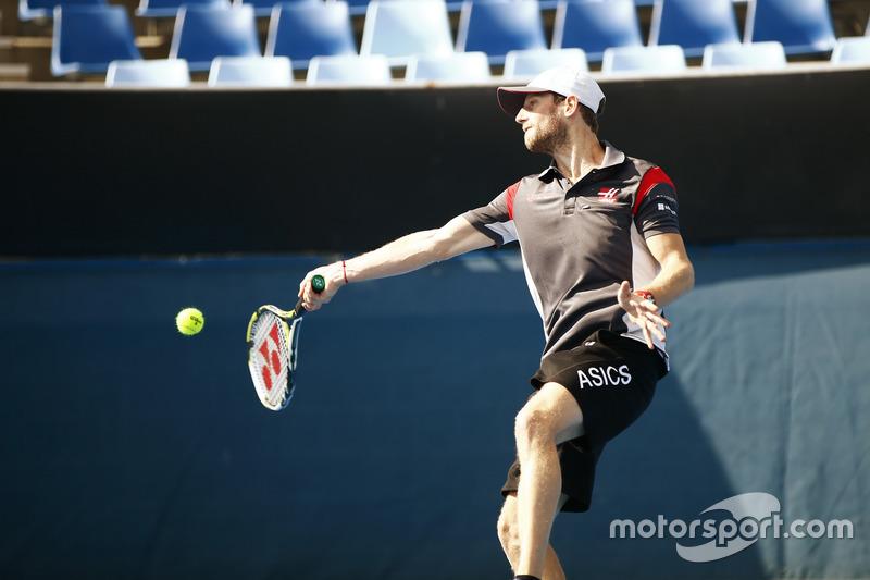 Romain Grosjean, Haas F1 Team, juega tenis con Dylan Alcott, Campeón paralímpico australiano