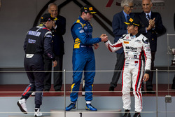 Podio: ganador Oliver Rowland, DAMS, segundo lugar Artem Markelov, RUSSIAN TIME, tercer lugar Nobuharu Matsushita, ART Grand Prix