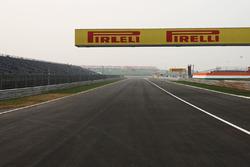 Recta entre curva 4 y 5, insignia de Pirelli
