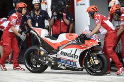 Un pneu à plat sur la Ducati de Michele Pirro