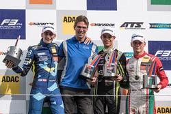 المنصة: الفائز بالسباق لاندو نوريس، كارلين، المركز الثاني فرديناند هابسبورغ، كارلين، المركز الثالث