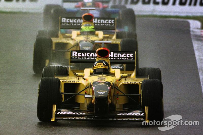 Damon Hill lidera seguido de Ralf Schumacher y Jean Alesi hacia el primer triunfo de Jordan en Spa 1998.