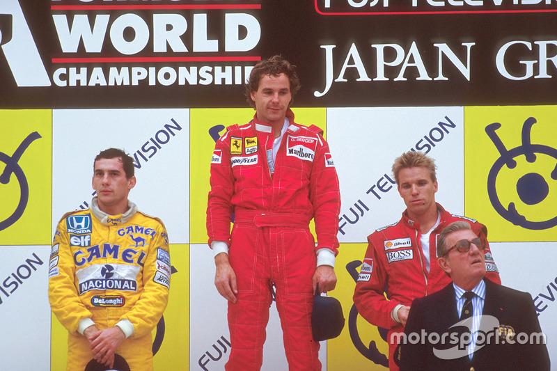 Podio: ganador de la carrera Gerhard Berger, Ferrari, segundo lugar Ayrton Senna, Team Lotus, tercer lugar Stefan Johansson, McLaren, con Jean-Marie Balestre, presidente de la FIA