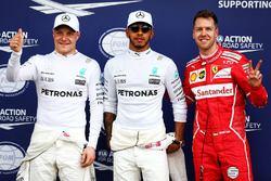 Ganador de la pole Lewis Hamilton, Mercedes AMG F1, segundo clasificado Sebastian Vettel, Ferrari, tercer clasificado Valtteri Bottas, Mercedes AMG F1
