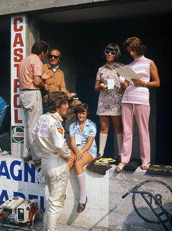 Jochen Rindt, Lotus 72C-Ford and Colin Chapman, Hazel Chapman and her two daughters