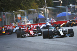 Lewis Hamilton, Mercedes AMG F1 W08 vor Sebastian Vettel, Ferrari SF70H
